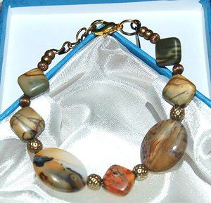 """Armband """"Picasso""""Läckert armband med speciella pärlor från naturen. Picasso Marmor Jaspis stenpärla, 10x10mm rutor, ursprung från Afrika och vackra Agater från Canada. Storlek justerbart 17 - 21 cm. För dig som vill ha ett speciellt smycke med halvädelstens pärlor."""