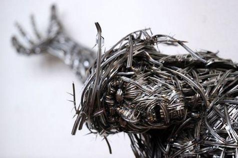 Détail du Christ tressés avec du fil barbelé de l'artiste Adel Abdessemed