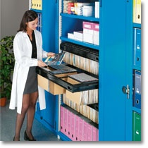 Scaffali industriali Fami Storage Systems per lo stoccaggio di materiale di archivio: faldoni, raccoglitori o scatole contenenti pratiche.