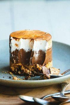 A habos álom, a csokoládés rész annyira finom, hogy elolvadok, ha csak rá gondolok! :) Hozzávalók: 10 dkg kakaós keksz 10 dkg háztartási keksz 10 dkg vaj A csokoládés habhoz: 10 dkg tejcsokoládé 1 tasak habfix 1,5 dl habtejszín A tetejére:...