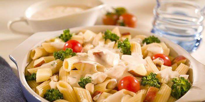 Salada de Penne ao molho de queijo com brócolis e maçã
