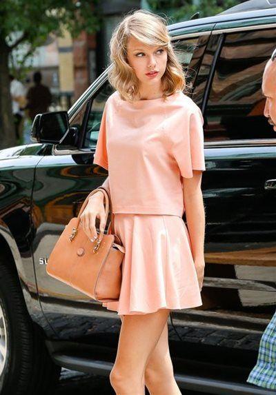 テイラー・スウィフト - 甘めガーリーがかわいすぎ!ピンクのセットアップにふんわりまとめ髪 | 海外セレブファッションスナップ CELEB SNAP