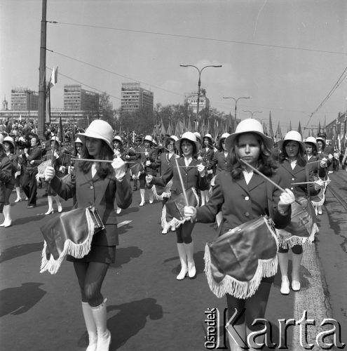 1.05.1975, Warszawa, Polska. Obchody święta 1 Maja, pochód przechodzący ulicą Marszałkowską, dziewczyny grające na bębnach.