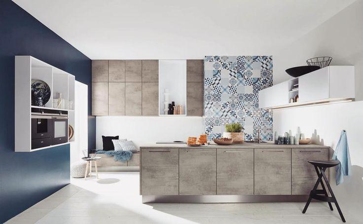 Preferujecie jednokolorowe kuchnie czy lubicie jednak trochę poszaleć z kolorem? Oczywiście wszystko w granicach rozsądku!  W tym wypadku mamy do czynienia z więcej niż jednym kolorem mimo to całość pozostaje w jednej spójnej tonacji  Uwagę przyciągają piękne oryginalne kafelki na fragmencie jednej ze ścian a także blaty imitujące beton! Zastosowanie materiałów stylizowanych na te naturalne takie jak skóra ceramika czy wspomniany beton to jeden z kuchennych trendów na 2017. My jesteśmy…