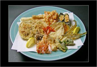 맛있다는 뜻의 일본어는 아름다울 미(美)에 맛 미(味)자의 한자를 사용합니다. 보기에 아름다운 것이 맛도 있는 법, 갓 튀긴 덴푸라를 드셔 보세요.  '또 올게요' 라는 고객의 한마디를 위해 덴푸라만을 고집하는 요리 장인이 있습니다.