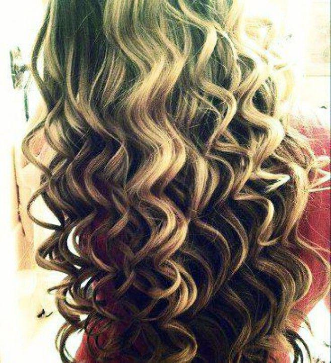 E' tempo di #questionidistile, è tempo di mare, PISCINA e capelli secchi! Sappiamo che il cloro li danneggia e li rende crespi, ma sappiamo come combattere questa disidratazione? Prima di tuffarvi applicate uno schermo protettivo a base di olio di mandorle, di jojoba o di karitè (vanno bene anche i prodotti per il corpo). I capelli resteranno lucenti e morbidi e voi sarete luminose! #hair #hairartitaly