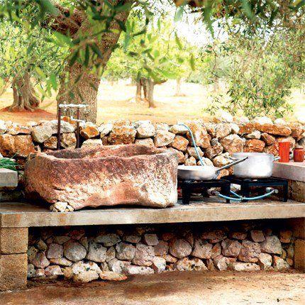 Une cuisine avec un évier en pierre