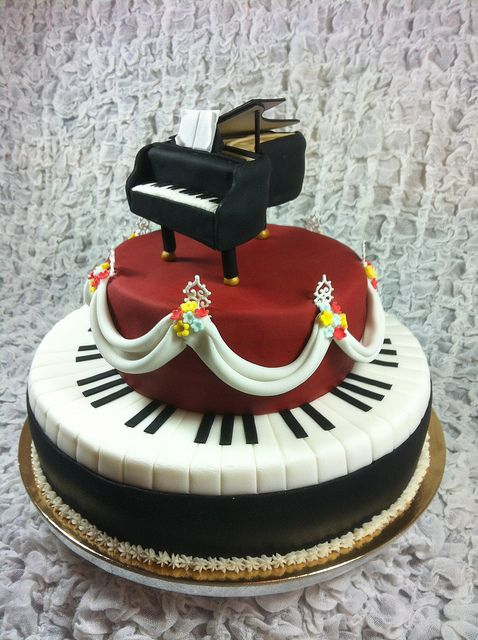 Little piano cake by Red Carpet Cake Design