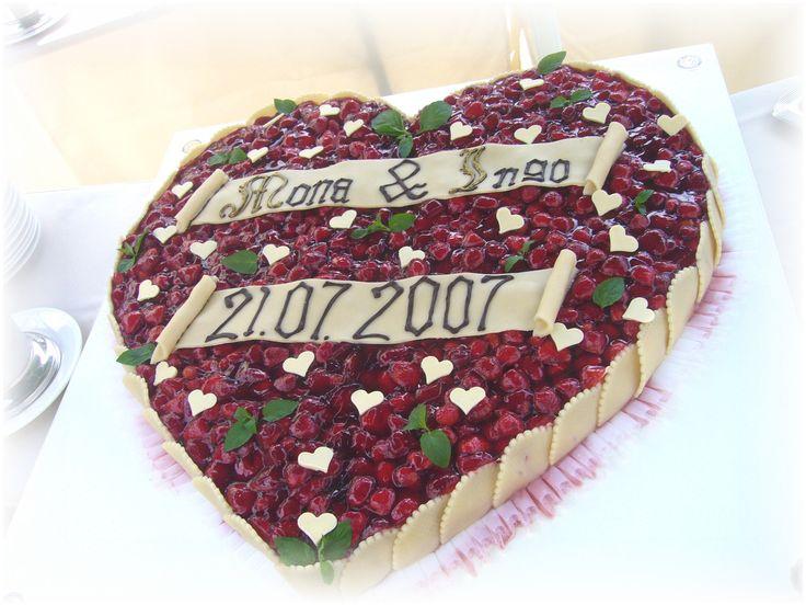 Früchte-Herz als Hochzeitstorte mit Minzblättern und kleinen weißen Schoko-Herzen als Dekoration - Fruit cake heart shaped wedding cake - Heiraten am Riessersee in Garmisch-Partenkirchen - Wedding in Bavaria