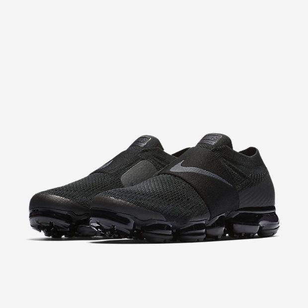 Release des Nike Air Vapormax Moc Triple Black ist am 24.11.2017. Bleibe mit 99kicks.com immer auf dem Laufenden was heiße Sneaker Releases angeht