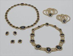 Parures et bijoux des musées nationaux de Malmaison et du palais de Compiègne, notice - Reproduction d'une parure de saphirs de l'impératrice Joséphine (boucles d'oreilles, deux boutons de manches, collier, ceinture, deux bracelets) - Stéphane Marant