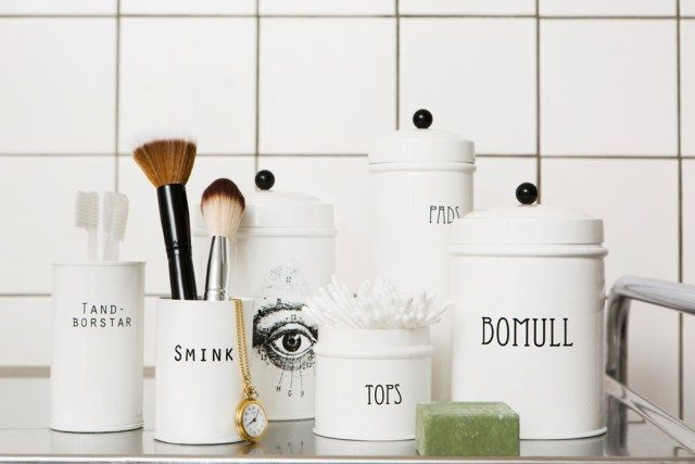 http://inspiration.stromshaga.se/burkar-for-badrummet-bathroom-tins/