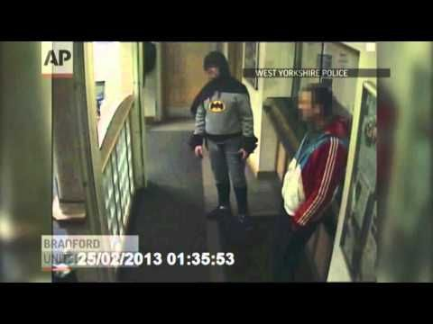 Un hombre vestido de Batman entregó a un delincuente en una comisaría inglesa  A man dressed as the comic book superhero Batman was filmed handing over a wanted man at a British police station. The suspect is now in custody, and the identity of the caped crusader remains a mystery, of course. (March 4)