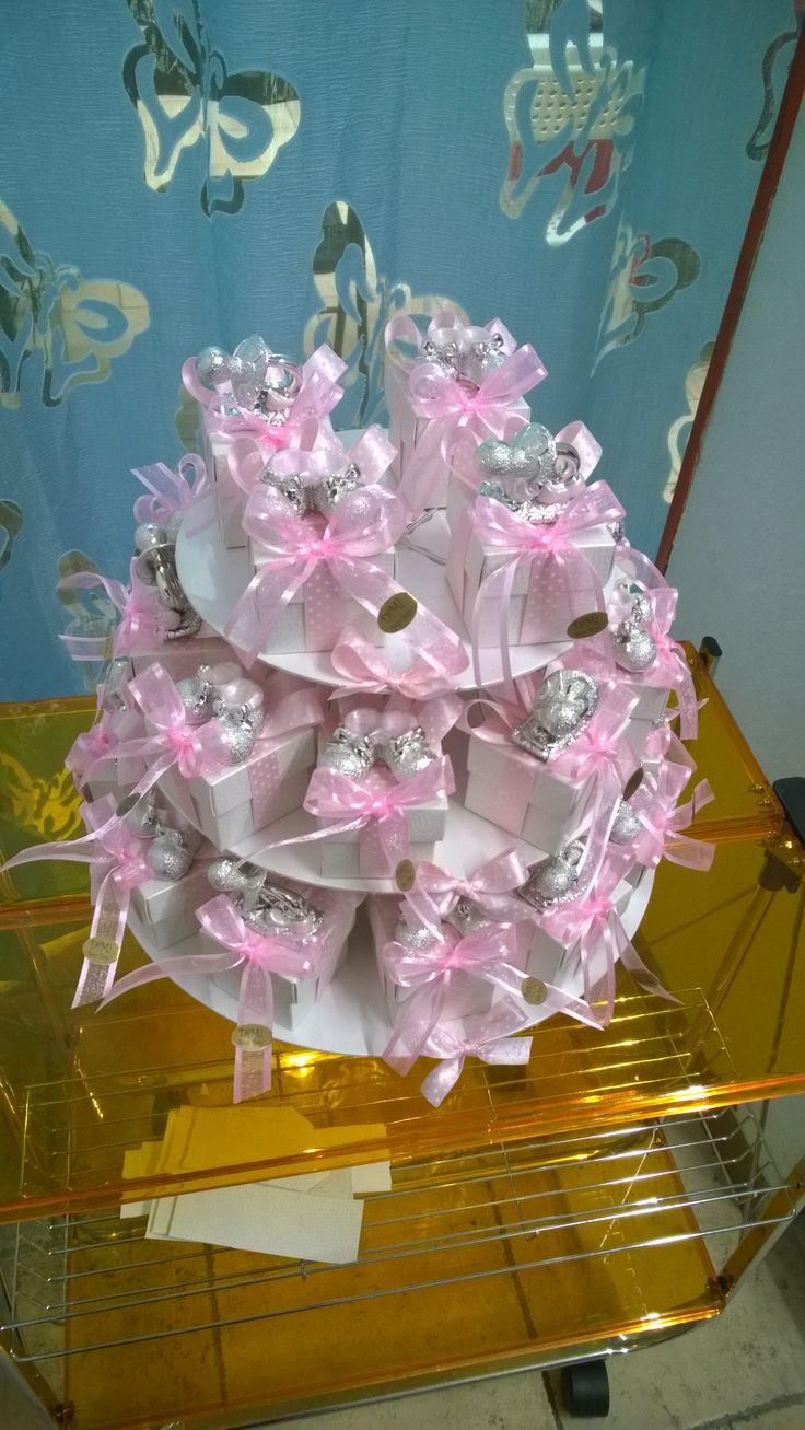 Bomboniere per battesimo con confetti al cioccolato rosa. Ciuccio e scarpine rosa su scatola 5x5 con nastro a pois rosa e in organza