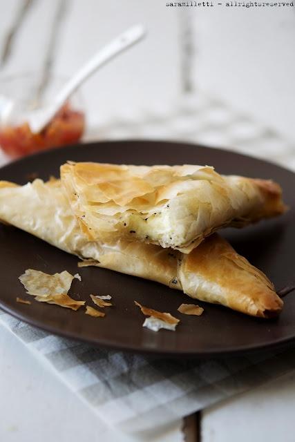 Brie in crosta di pasta phyllo con chutney all'arancia e cipolle rosse