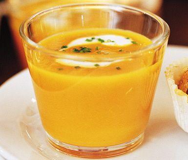 Ett charmigt recept på apelsindoftande morotssoppa med ingefärsyoghurt som du kan servera som förrätt eller huvudrätt. Du gör soppan av bland annat lök, morötter, saffran och apelsinjuice. Stiligt och aptitligt!