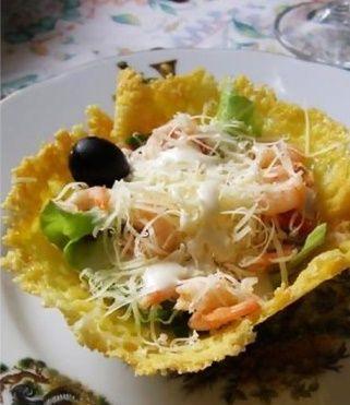 Маленькая хитрость может превратить ваш фирменный салат в настоящее ресторанное блюдо: подайте его не в привычной салатнице, а в шикарной ажурной сырной корзинке