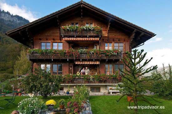 Un chalet suizo de madera sirve de hotel