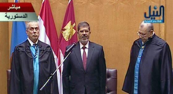 El islamista Morsi asume la presidencia de Egipto  El dirigente de los Hermanos Musulmanes jura el cargo ante el Tribunal Constitucional