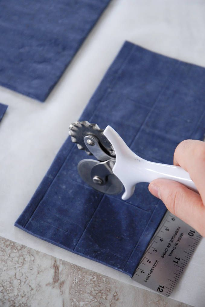 Marking lines on TARDIS sides--click to see the full photo tutorial so YOU CAN MAKE YOUR OWN DOCTOR WHO TARDIS CAKE! #diy