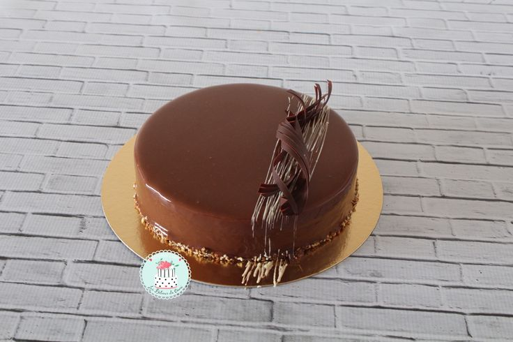 Bonjour à tous, je reviens aujourd'hui avec un grand classique: Le royal au chocolat. Un dessert gourmand qui épatera vos invités à coup sûr. Il se compose d'un biscuit noisette, d'un croustillant praliné et d'une mousse au chocolat. Vous pouvez décliner...