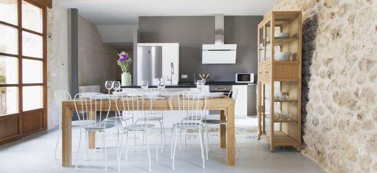 In het noorden van Spanje, in het hart van Castilië en midden in het wijngebied Ribera del Duero, is een te gek ingericht huis te vinden: A Casa de Laura.