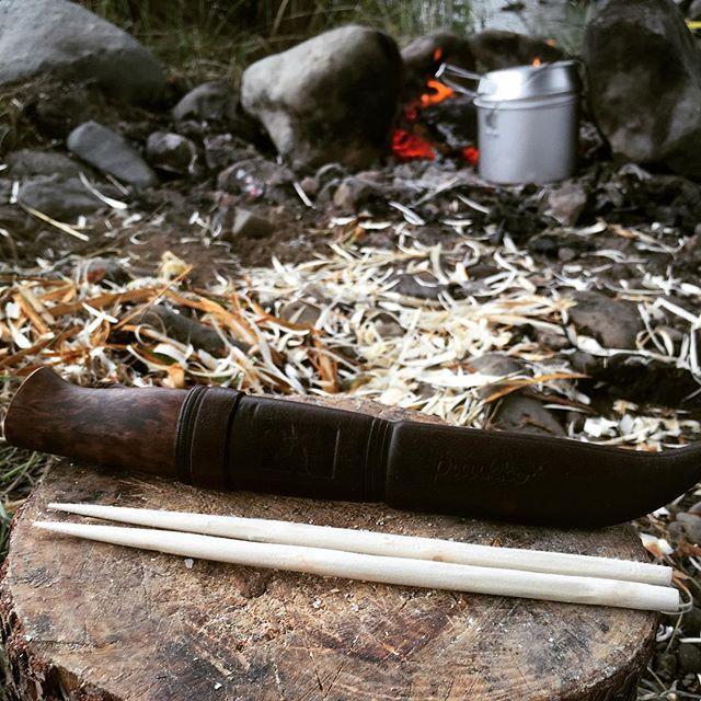 お箸の国の人だもの。 余った材料でお箸を作ってみました。 これがまた難しい。 妥協しちゃえばいいんですけどね。 遊びなんで本気でやりました。 ナイフをお持ちの方は是非やってみて下さい。 薪でもできます。 言ってることがその時分かると思います。 #過去pic#野営#キャンプ#ソロキャンプ#ブッシュクラフト#ウッドクラフト#アウトドア #ケラム#プーッコ#igの繋がりに感謝 Chopsticks was Bush craft with extra material. #camp #camping#wildcamping #bushcraft #woodcraft #outdoors #chopsticks #outdoorlife #bonfire#bonfirefun #kniv #kellam#puuko #river#riverside #bush #forest #nature #naturelovers #instanature