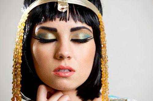 Сочные цвета, выразительные глаза, подчёркнутые характерными стрелками - макияж в египетском стиле легко узнать. Наверное, каждой из нас хоть раз хотелось примерить на себя такой образ, так почему бы не попробовать прямо сейчас? А тем, кто не готов к таким смелым экспериментам, я с удовольствием помогу создать образ, достойный царицы!