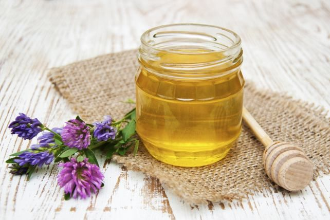 """¿Eres alérgica? Consumir miel podría aliviar las molestias de la alergia estacional. """"Contiene pequeñas cantidades de polen, que disparan la producción de anticuerpos que, a su vez, hacen que disminuyan los síntomas"""", informa el médico Matthew Brennecke, en el sitio Medical Daily."""