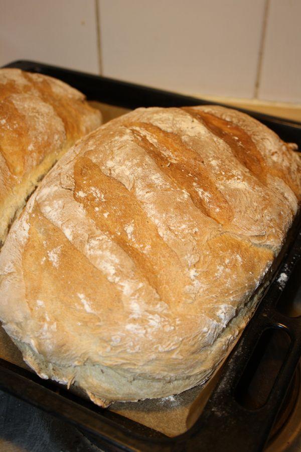 Italienskt lantbröd - Italienskt lantbröd (2 stora limpor)  1 liter ljummet vatten 1 paket jäst ½ dl olivolja 1 kg vetemjöl 0,4 kg rågsikt 1 msk salt