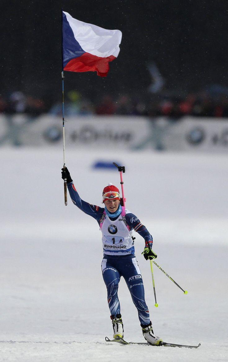 Zlaté české biatlonistky Eva Puskarčíková, Gabriela Soukalová, Veronika Vítková a Jitka Landová po štafetě v Ruhpoldingu