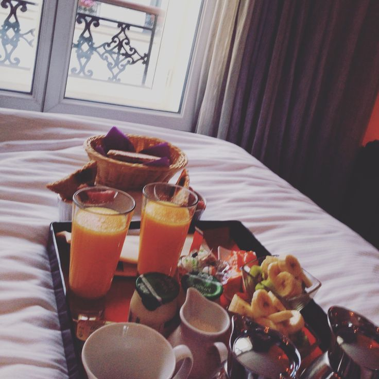 Breakfast in bed in Paris: Secret de Paris - the most amazing boutique hotel in Paris. Travel tips by The Globe Diary!