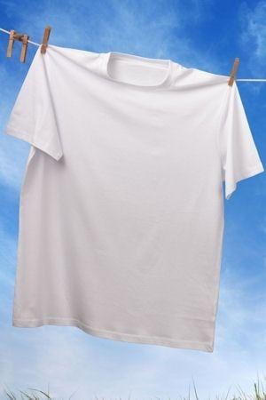 Pour garder des vêtements blancs et rattraper du linge jauni ou gris, on connaît les pouvoirs du bicarbonate de soude. Découvrez d'autres produits miracles pour laver plus blanc que blanc.