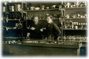 Carlsonin rautakaupan herrat 10.5.1926. Kuopiolaisen Carlsonin tavaratalon historia juontaa juurensa Juantehtaan rautakauppaan. Juantehtaan masuunin järvimalmista (jo vuodesta 1746) valmistamat uunin luukut, silitysraudat ja muut tuotteet tarvitsivat myyntikanavan ja myyntipiste sai kaupankäyntioikeutensa virallisesti 14.9.1859