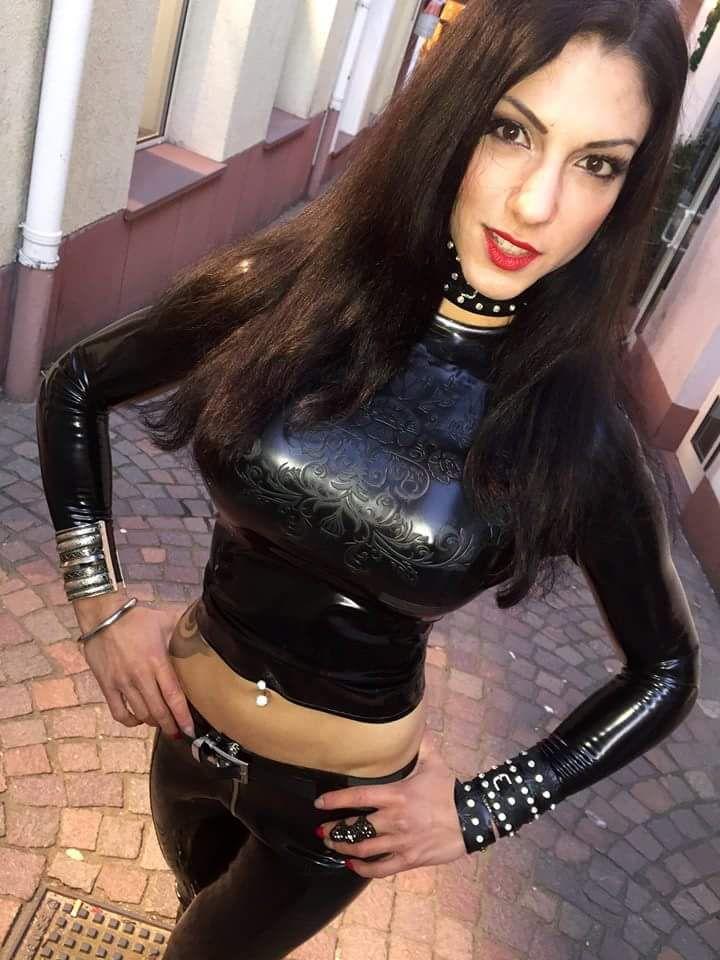 latex catsuit anziehen kopftuch fetisch