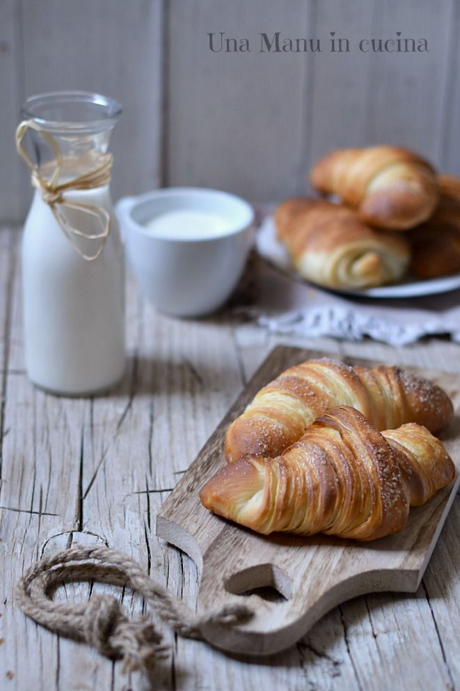 Croissant sfogliati - ricetta facile da fare in casa. Per chi vuole cimentarsi nella preparazione di un classico elaborato e raffinato, in versione casalinga.
