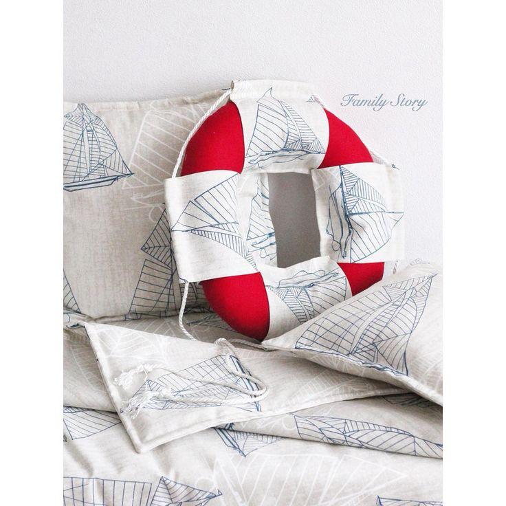 Текстиль для детской комнаты в морском стиле. Одеяло, подушки, спасательный круг.