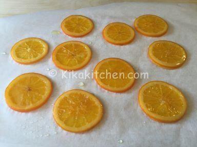 Vediamo come caramellare le fette di arancia con un metodo pratico e veloce. Sono indicate per guarnire e decorare torte, ciambelle, plumcake, muffin.
