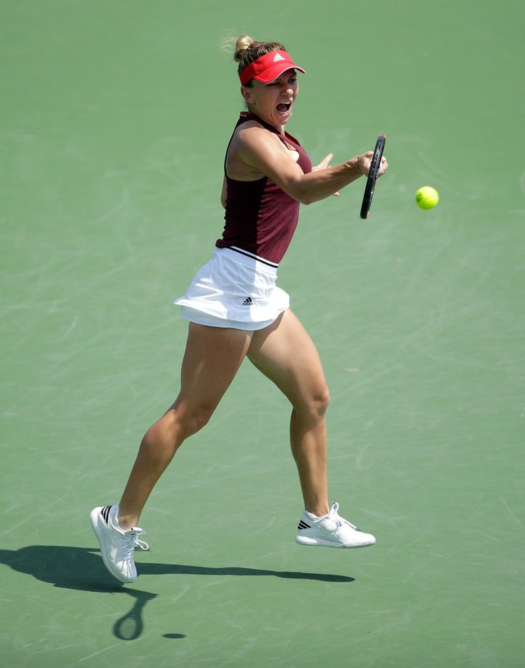 Simona Halep Photos - Simona Halep of Romania hits a return during her third round match against Daria Gavrilova during day 6 of the Western & Southern Open at the Lindner Family Tennis Center  on August 18, 2016 in Mason, Ohio. - Western & Southern Open - Day 6