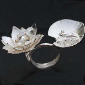 Bague grenouille sur fleur de lotus en argent sculpté, création artisanale d'Aline Kokinopoulos pour l'atelier des bijoux créateurs.