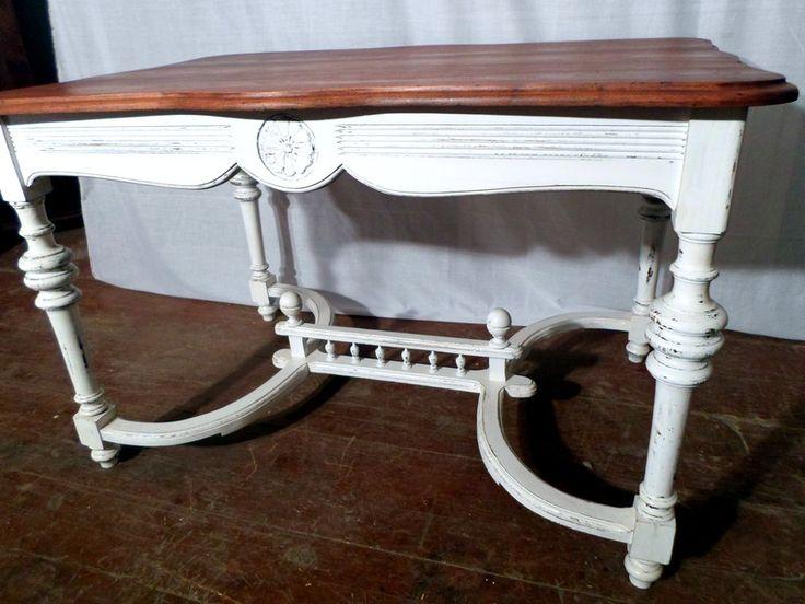 Stół mahoniowy międzywojenny z naturalnym olejowanym blatem i białym przecieranym dołem. Stół jest po pełnej renowacji.   Wymiary: Długość: 124,0 cm Szerokość: 84,0 cm Wysokość: 77,5...