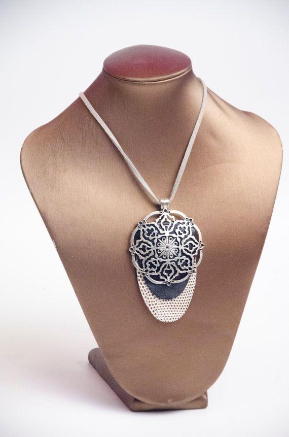 collar de cuero negro y blanco. cordón de ante regulable por yotoko