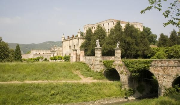 Residenza degli Obizzi dal Cinquecento, il Castello del Catajo sorge ai piedi dei colli Euganei, sviluppandosi con un imponente corpo edilizio fortificato e vasti giardini circostanti....>