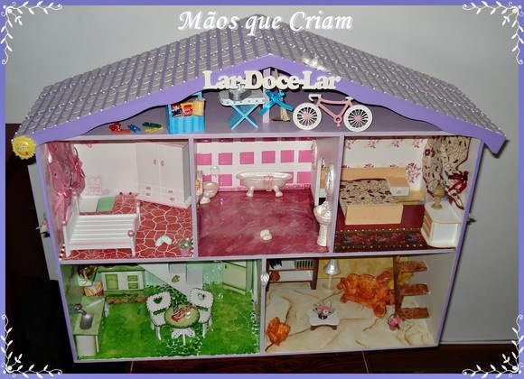 Linda casinha de bonecas para brincar e guardar prá sempre. cada comodo tem uma técnica diferenciada.Presentei a criança que existe dentro de você, cutindo a brincadeira junto com ela.    www.maosquecriam.net.br