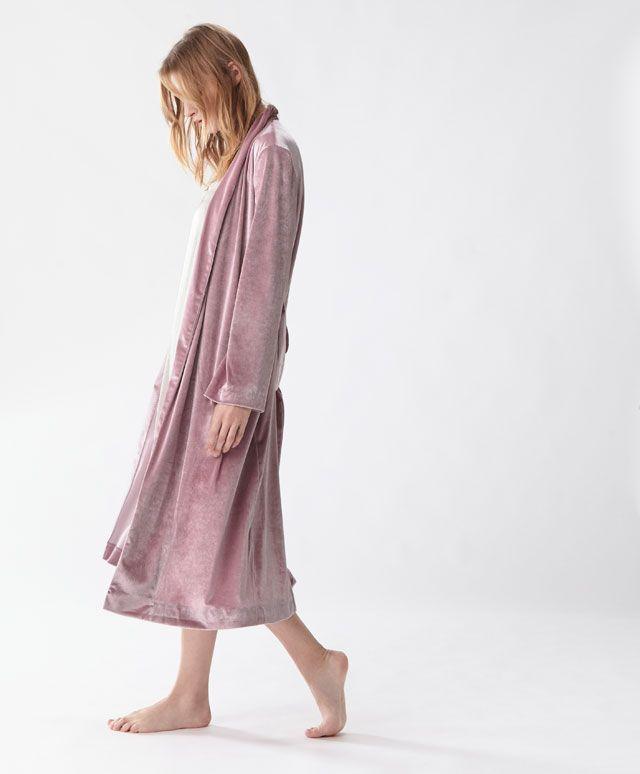 Leylak rengi velur sabahlık - Yeni Gelenler - Oysho online mağazada kadın modasında Sonbahar Kış 2016 trendleri. İç çamaşırı, pijamalar, spor giyim, ayakkabılar, aksesuarlar, korseler, plaj giyimi ve mayo & bikiniler. Bütün kadınlar için stiller!