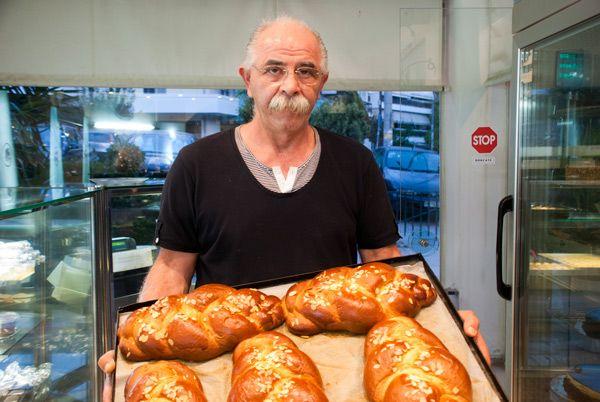 Στο ζαχαροπλαστείο του στη Νέα Σμύρνη, ο κύριος Κώστας φτιάχνει το καλύτερο πολίτικο τσουρέκι της Αθήνας εδώ και 31 χρόνια.