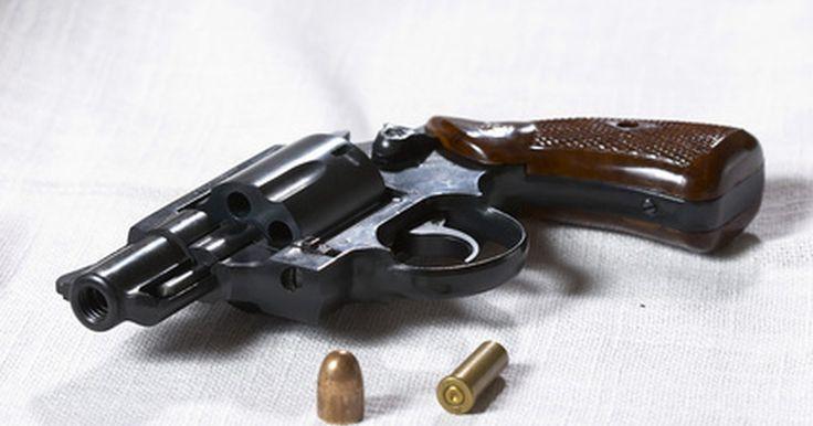 """Como limpar um revólver Colt Agent. O Colt Agent calibre .38 é um revólver de nariz arrebitado feito no mesmo design do famoso e antigo """"Detective Special"""" da década de 1940 e 1950. O Agent possui câmara para as balas do .38 Special - uma versão maior e mais potente das do .38 regular. Tem um cano de apenas 5 centímetros, tornando-se assim uma arma ideal de apoio ou surpresa. Como ..."""