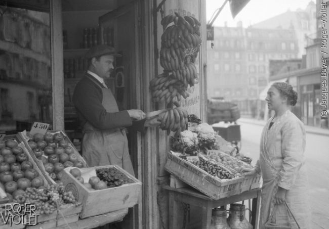 Marchand de fruits. Paris, 1928. © Jacques Boyer / Roger-Viollet