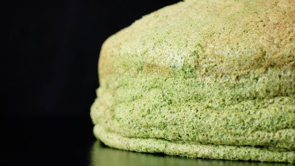ビデオ指示付きレシピ: 濃厚で軽い焼きチーズケーキ☆ 熱々でも冷やしても美味しい!! 材料: ケーキ型(21cm), バター 75g, クリームチーズ 75g, 牛乳 100ml, 卵黄 6個, 薄力粉 55g, コーンスターチ 35g, 抹茶パウダー 10g, 飾り用抹茶パウダー 適宜, ホイップクリーム, つぶあん, 栗の甘露煮, 《メレンゲ》, 卵白 10個, グラニュー糖 100g