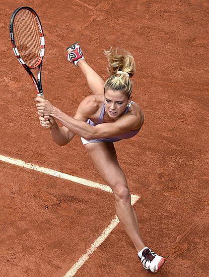 Camila Giorgi, jugadora de tenis, durante un golpe de revés en un partido. Entretenimiento
